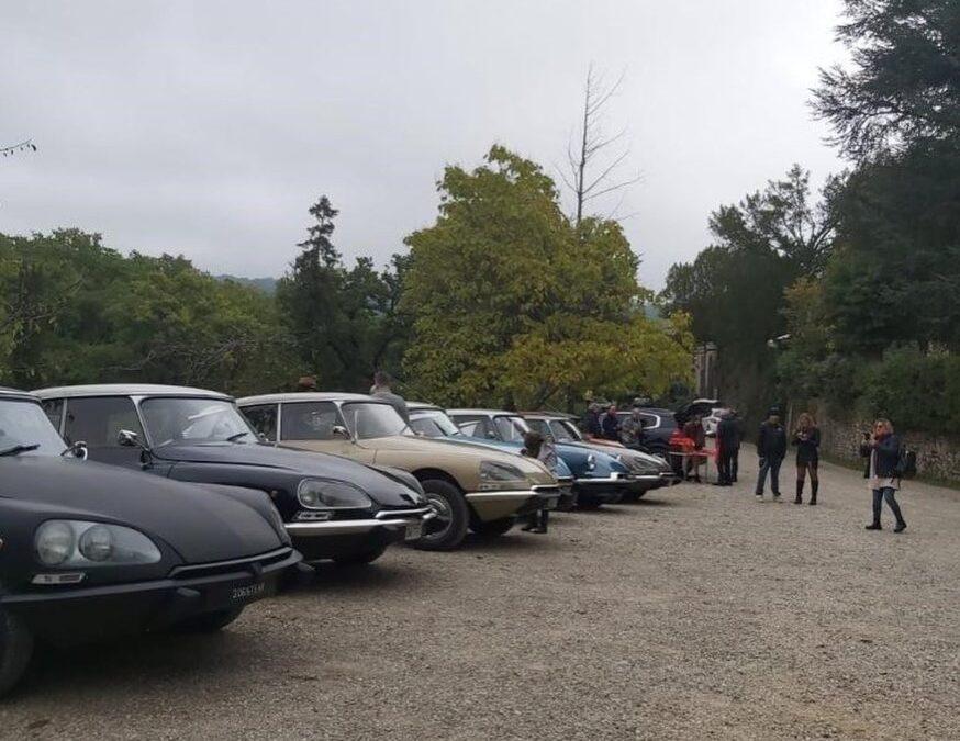 Esposizione di Citroën DS d'epocaal Castello di Querceto